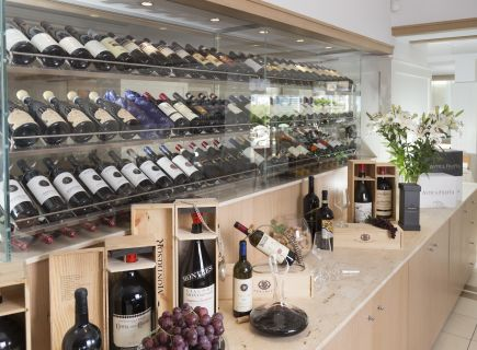 Hotel Ambasciatori Riccione vetrina vini